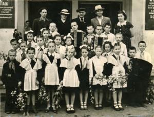 Учащиеся младших классов и преподаватели, 1957 год